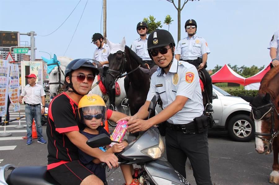 「2019金山甘藷節」於今(17日)正式展開,盛大的活動更勝以往,新北市政府警察局騎警隊受邀參加該活動。(葉書宏翻攝)