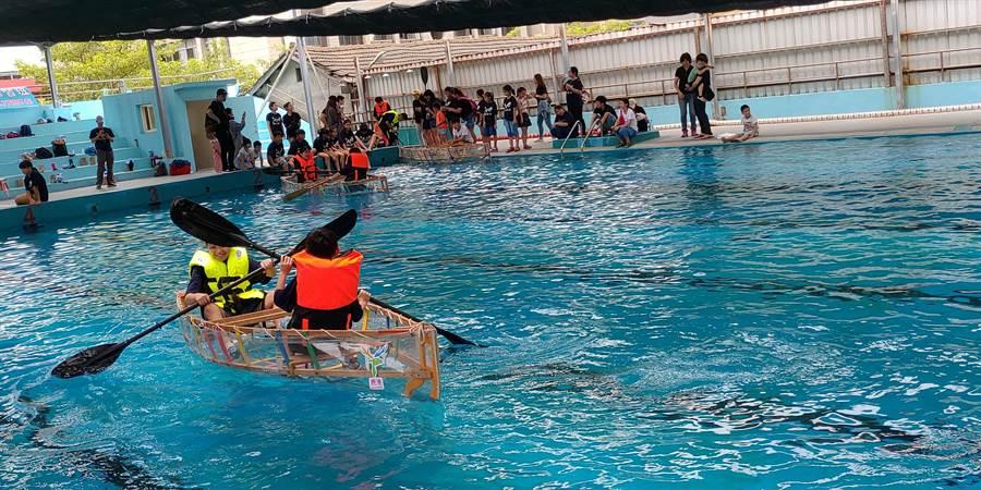 上百名鹿港青少年學子開心在鹿港高中游泳池體驗划木舟,每艘木舟都是各小隊自力組裝打造的。(謝瓊雲翻攝)