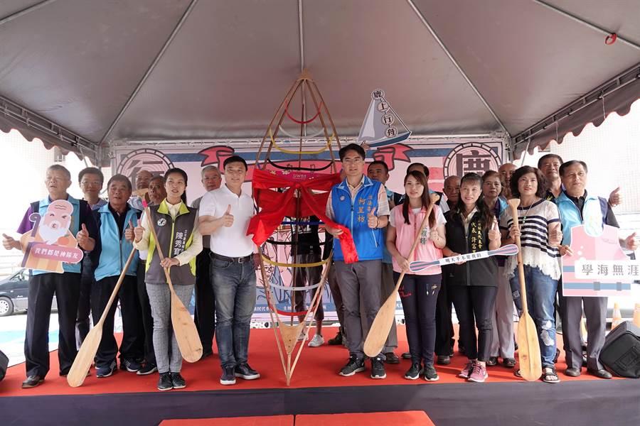 鹿港鎮公所首度嘗試舉辦「鹿港行舟、造舟DIY」活動,吸引上百名學子報名,反應熱烈。(謝瓊雲翻攝)