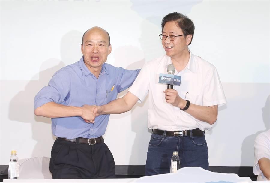 國民黨總統參選人韓國瑜(左)「國政顧問團」17日成立,韓進場時向總召集人張善政(右)握手致謝。(姚志平攝)