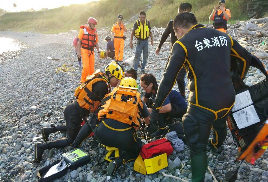 台東都蘭海邊驚傳溺水,1遊客被救起時已無意識。(莊哲權翻攝)