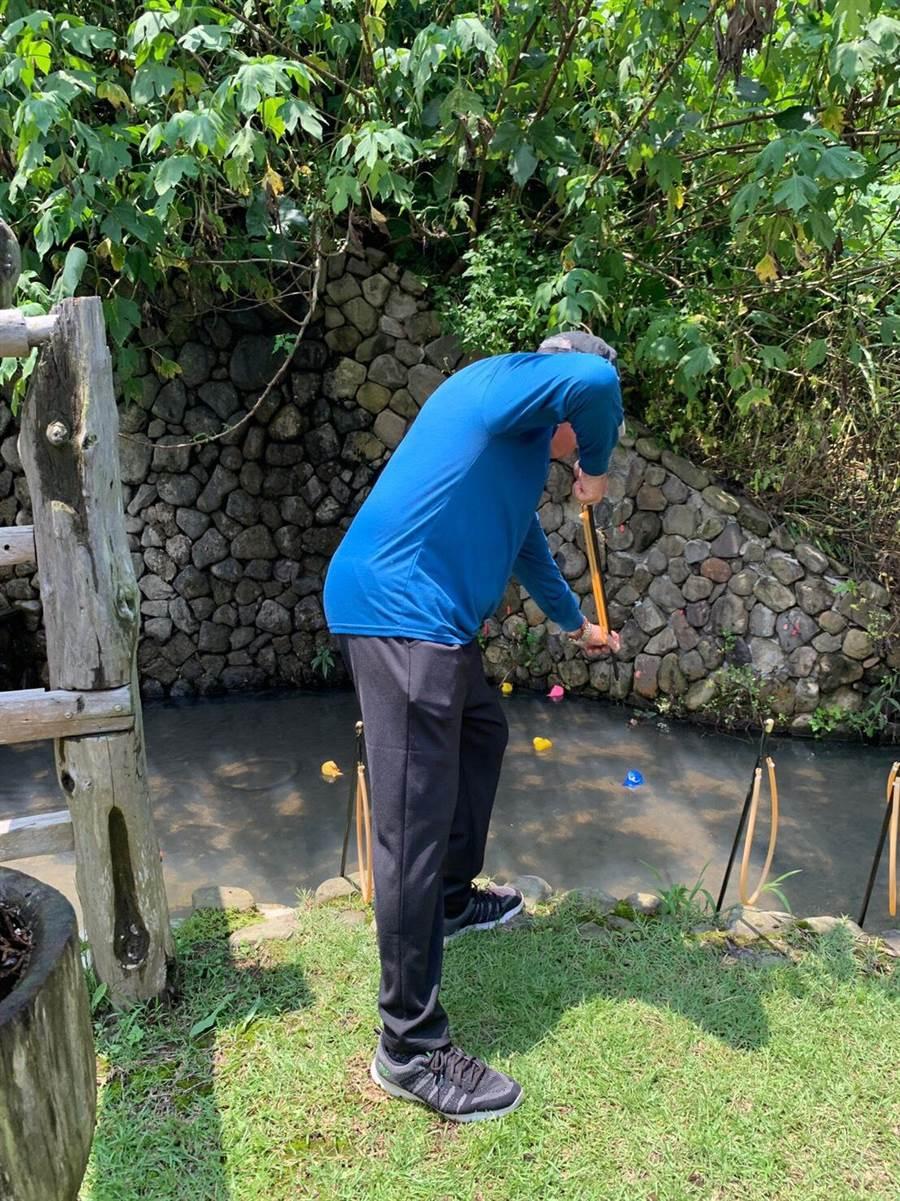 射魚是原住民族取食的傳統技巧之一,活動安排民眾體驗。(原民中心提供)
