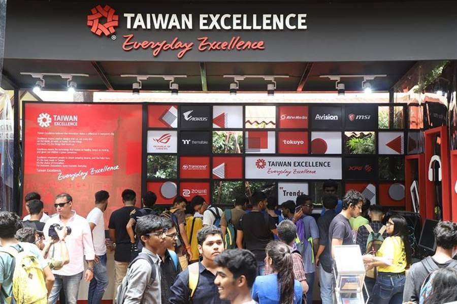 台灣精品體驗專區,亮點科技產品學生爭相體驗/圖/貿協提供