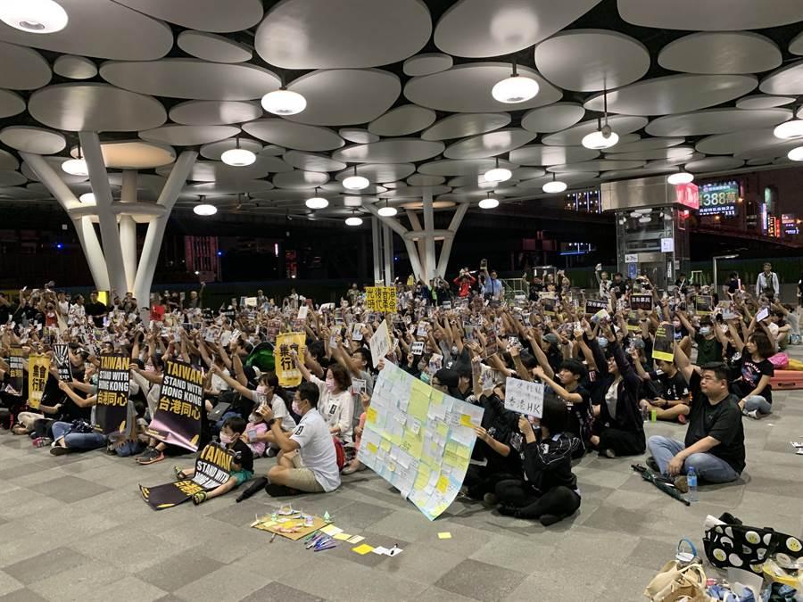 近300位民眾集結在高雄車站大廳,高舉「台港同心」標語,聲援香港的反送中行動。(高雄學生逃犯條例關注組提供)