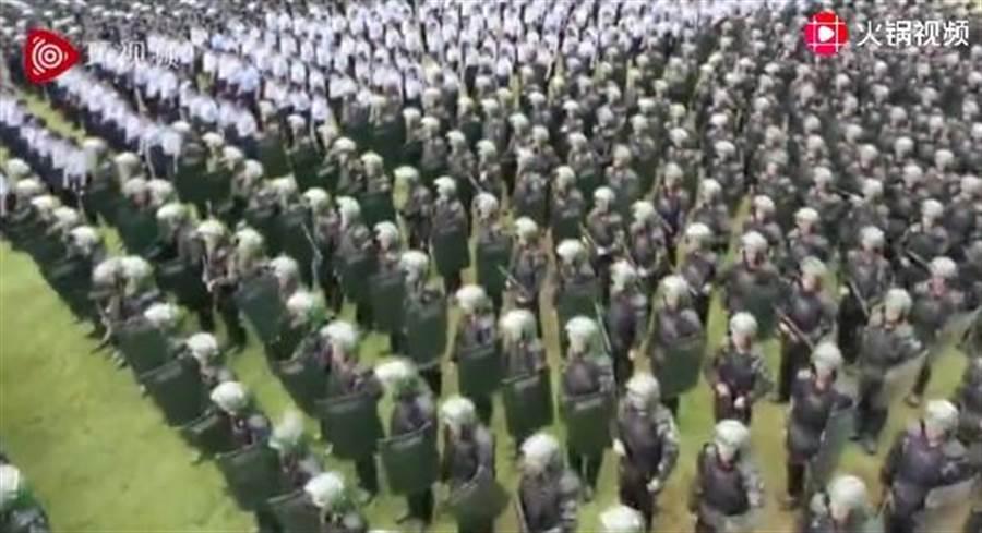 深圳17日举行公安武警大练兵。