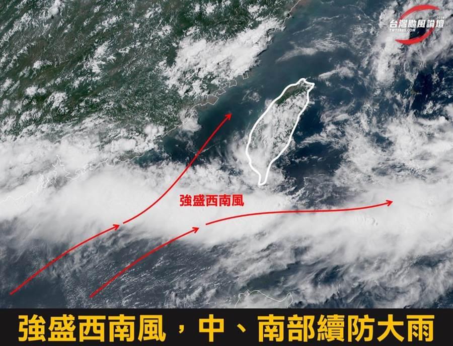 今天持續受西南風影響,中、南部持續下不停,下午雨勢會稍微趨緩,但17日夜晚到隔天早上又會出現大雨。(圖擷自台灣颱風論壇)