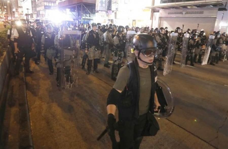 示威者朝旺角警署擲雜物,遭警驅離。(取自東網)