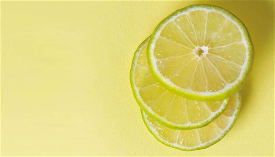 起床後喝一杯溫檸檬水,對肝臟有好處。(圖/周書羽)