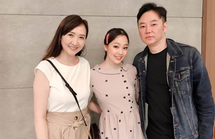 陽帆(右)帶老婆Julie(左)欣賞女兒陳妤安的舞台劇演出。果陀提供