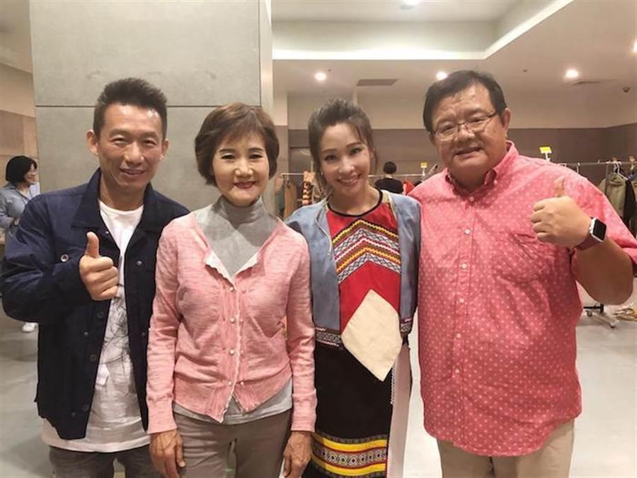 郭子乾(左起)、吳靜嫻欣賞袁詠琳演出,右為導演梁志民。果陀提供