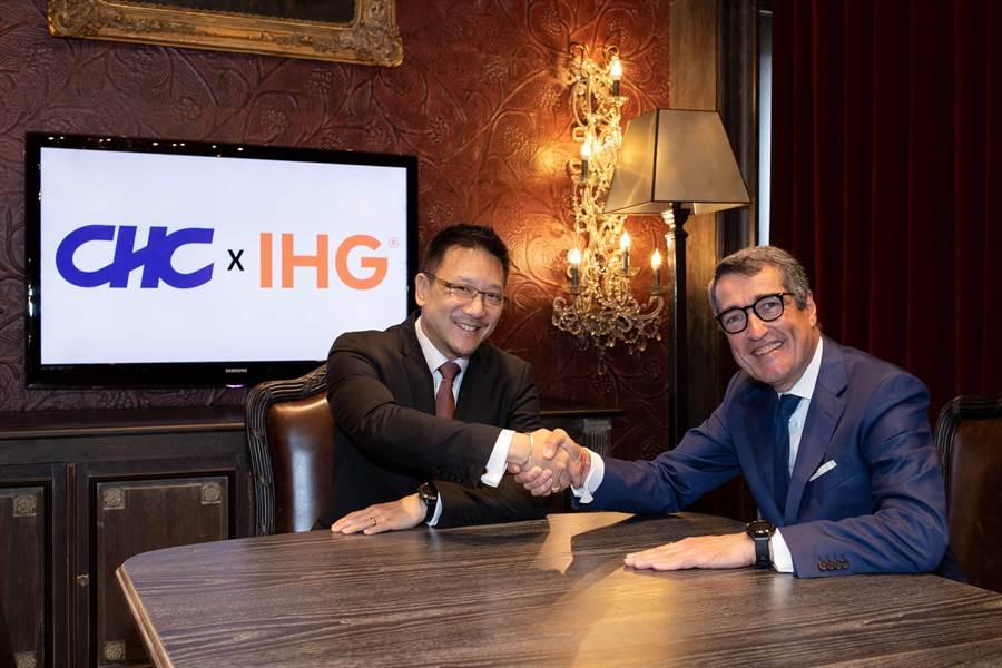 嘉新企業團董事長張剛綸(左)今與 IHG 酒店日本區負責人漢斯海格簽約,將其沖繩第二間溫泉酒店管理交由這家國際飯店。(圖:嘉新企業團提供)