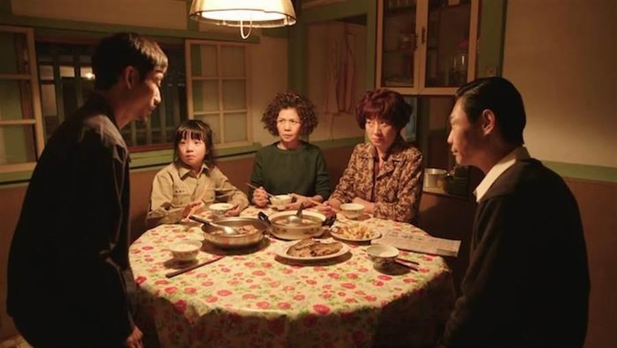 劇中一家人。