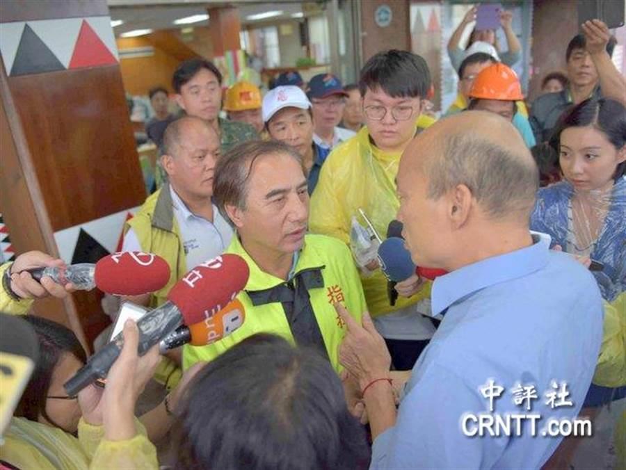 谢英雄陪同韩国瑜一起视察灾情并受访。(中评社)