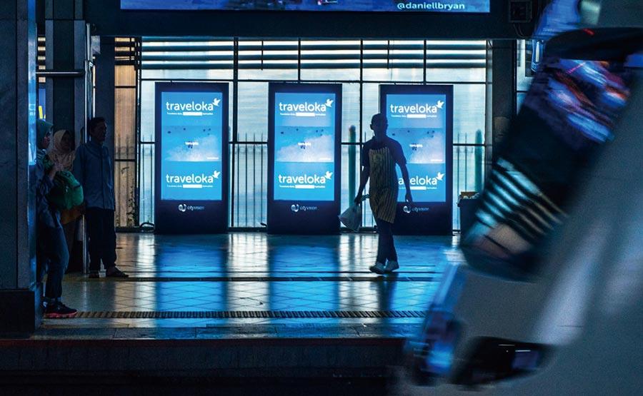 印尼另一家獨角獸企業Traveloka,從提供消費者旅遊的網上安排預訂服務出發,業務已迅速擴展至東南亞和澳洲;圖為Traveloka在印尼火車站至機場轉運路線的廣告。圖/BKPM提供