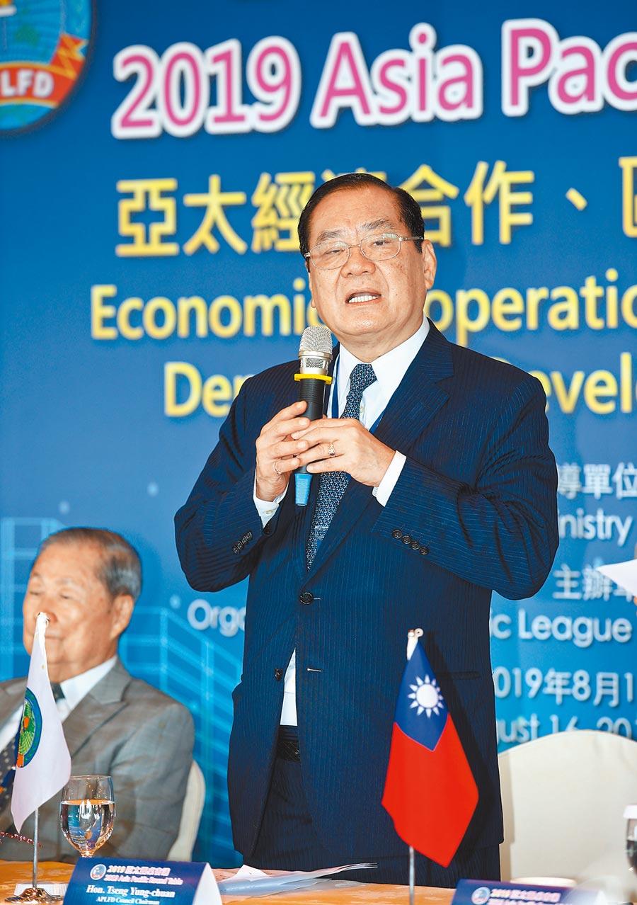 亞洲太平洋自由民主聯盟昨天舉行「2019亞太圓桌會議」,理事會主席曾永權(右)表示表示,全球貿易在中美與日韓的示範作用下,進入一種脆弱的權力平衡狀態,一有風吹草動,就會可能巨變產生,世界因此變得暗潮洶湧,區域安全與和平岌岌可危。(陳信翰攝)