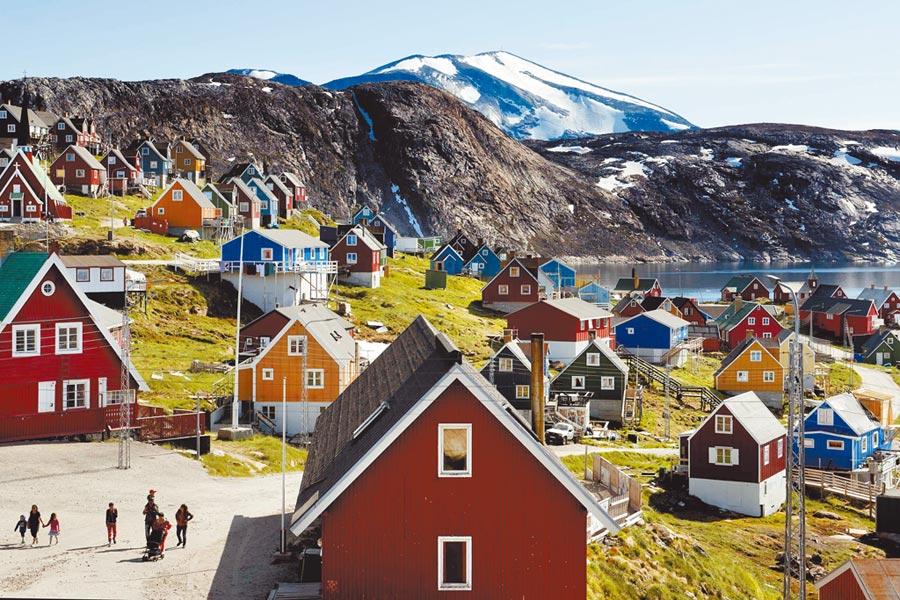 美國總統川普探詢收購丹麥自治區格陵蘭島的可能性。圖為該島西海岸小鎮烏佩納維克(Upernavik)全景。(美聯社)