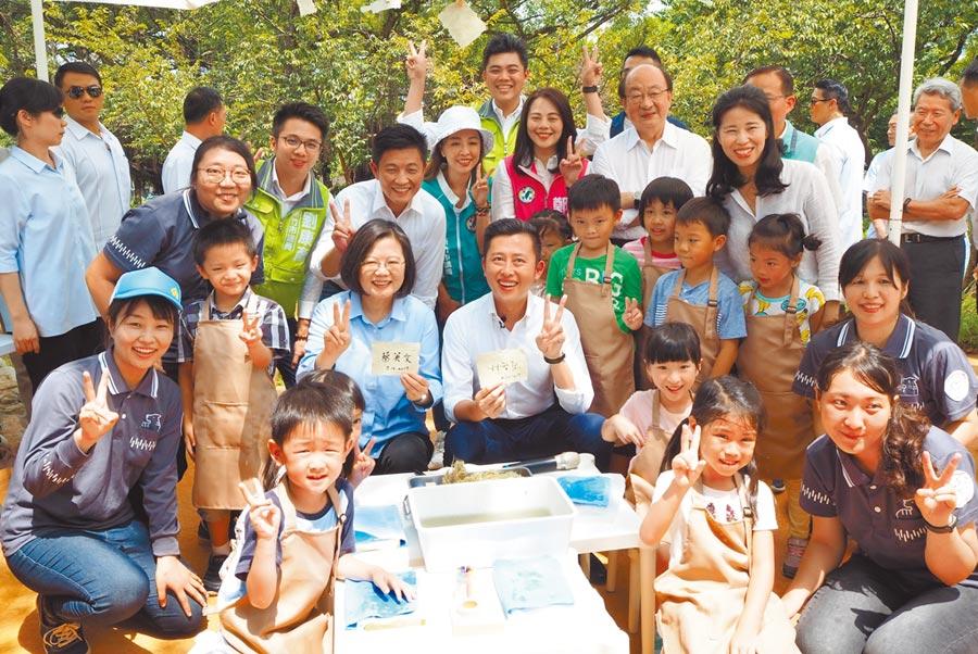 蔡英文總統16日在新竹市長林智堅陪同下,視察已近完工的新竹動物園。(陳育賢攝)