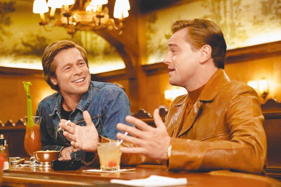 電影《從前,有個好萊塢》中李奧納多狄卡皮歐和布萊德彼特分飾巨星和替身,佩戴的腕表風格大不相同。(擷自電影劇照)