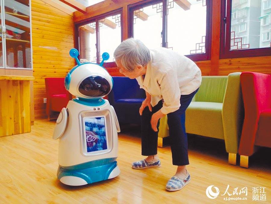機器人保母入駐養老機構。(取自人民網)