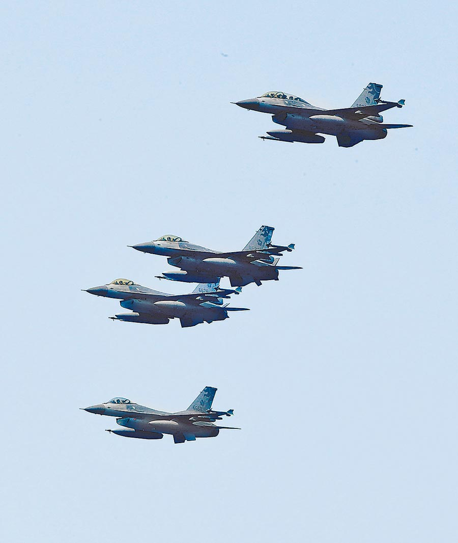 F-16戰機操演編隊衝場。(本報資料照片)