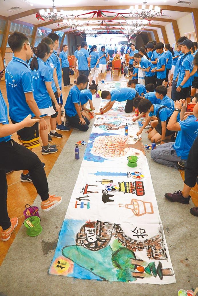 營隊活動最後一天,兩岸60名學生共同完成一幅10公尺畫卷,記錄一周來的生活與學習點滴。(唐惠珠校長提供)