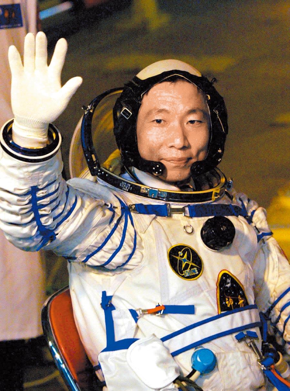 2003年10月15日,執行大陸首次載人航天飛行任務的太空人楊利偉出發登艙前揮手致意。(新華社)