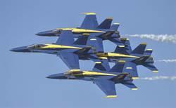 藍天使特技隊飛行靠太近 機翼略擦撞