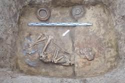 吉爾吉斯挖到千年墓 驚見遼代玉碗