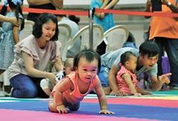 寶寶爬行賽倒退嚕 急壞爸媽
