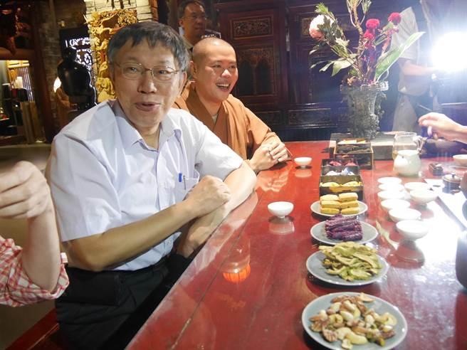 台北市長柯文哲18日傍晚到大千宏願佛寺拜會本藏師父。(蔡依珍攝)