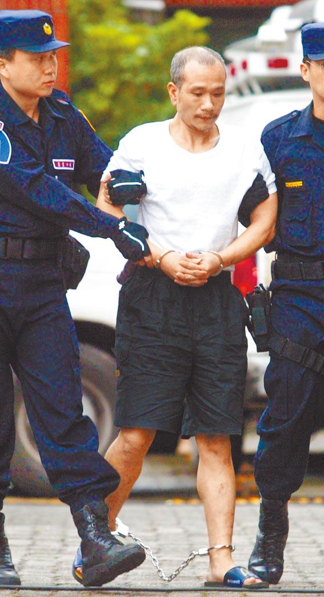 犯下18件大案、判處無期徒刑的槍擊要犯薛球,17日病逝台南市立醫院。圖為2004年刑事局自馬祖押解薛球回台歸案。(本報資料照)