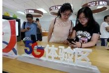8月16日,顧客在北京的中國電信營業廳體驗5G手機。(中新社)