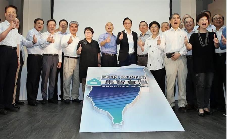 國民黨總統參選人韓國瑜(中左)17日出席「國政顧問團」成立大會,並與總召集人張善政(中右)及各組召集人、出席成員合影。(資料照,姚志平攝)