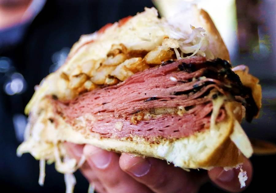 法國一名男子16日晚間到巴黎近郊一間餐館點三明治來吃,疑似因為不耐等候三明治製作太久,竟開槍打死店員。圖為示意圖。(圖/美聯社)