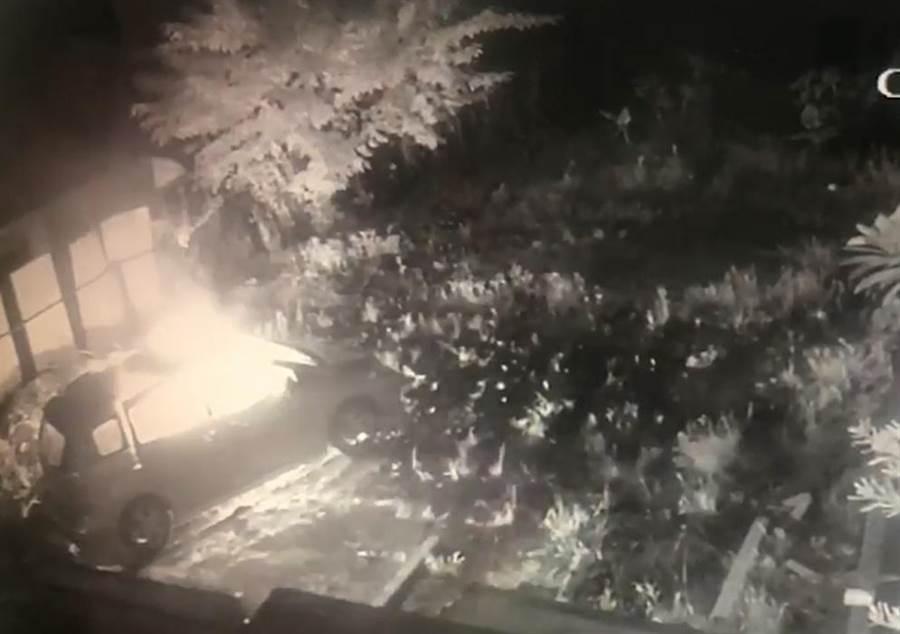 汽車爆炸起火後燃燒,警消趕抵迅速把火勢撲滅。(照片由民眾提供)