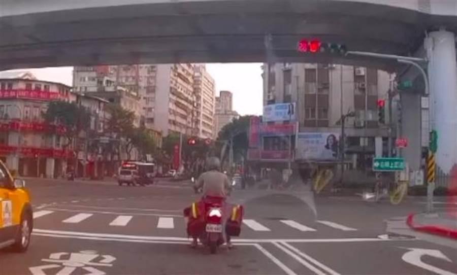 休旅車在北市鄭州路左轉重慶北路,與一輛機車發生車禍,機車騎士當場沒有生命跡象送醫仍宣告不治。(李文正翻攝)