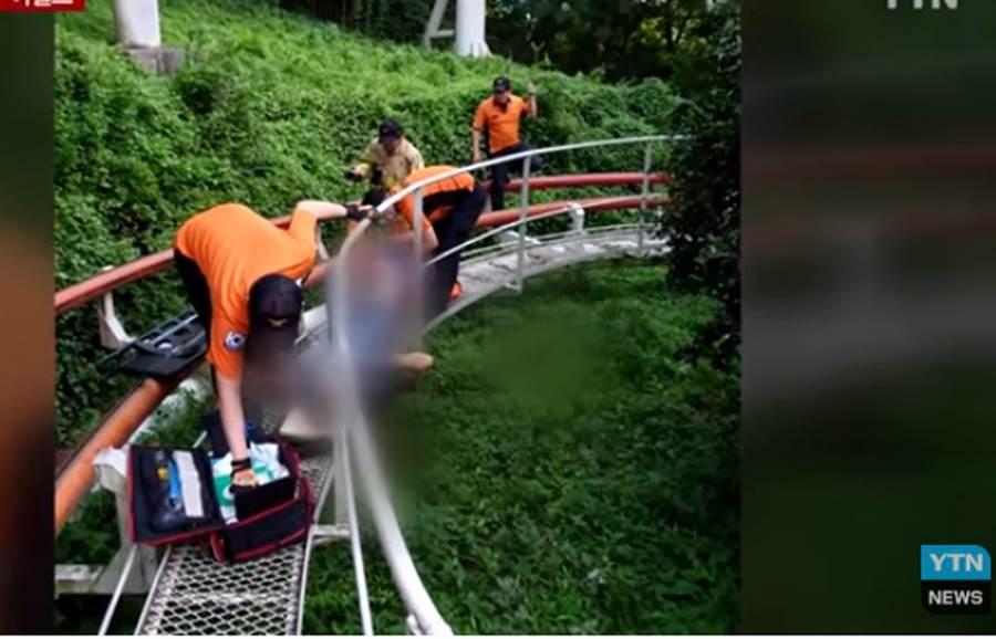 南韓一名男大生從樂園雲霄飛車墜落,腿部遭截斷。(截自YTN NEWS畫面)