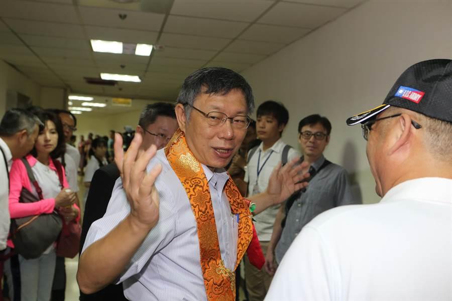 台北市長柯文哲18日出席世界佛教青年僧伽會第16屆年會暨供佛齋僧大會。(陳麒全攝)
