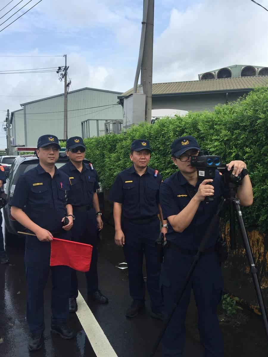 取締違規超速,霧峰警方出動雷射槍等科技設備,呼籲駕駛人留意。(林欣儀翻攝)