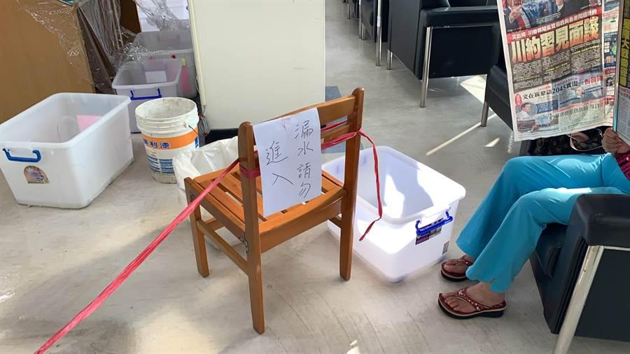 台中市大墩文化中心與市立圖書館大墩分館傳出嚴重漏水,館內處處可見接水的桶子。(林欣儀翻攝)