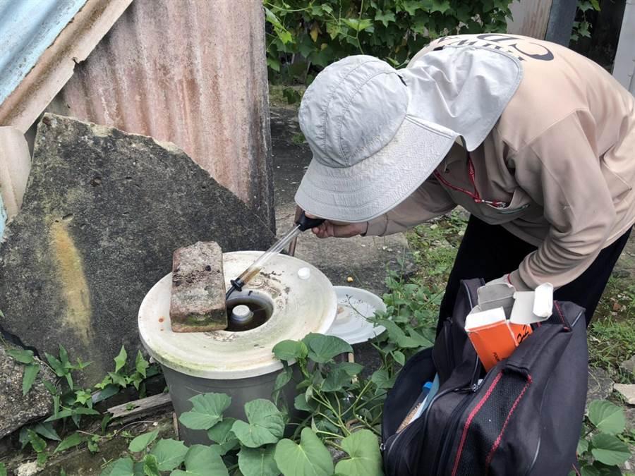 台南市登革熱防治中心提醒民眾,垃圾桶蓋上的凸槽,也會成為孓孓的溫床,應加強巡查清除。(洪榮志翻攝)