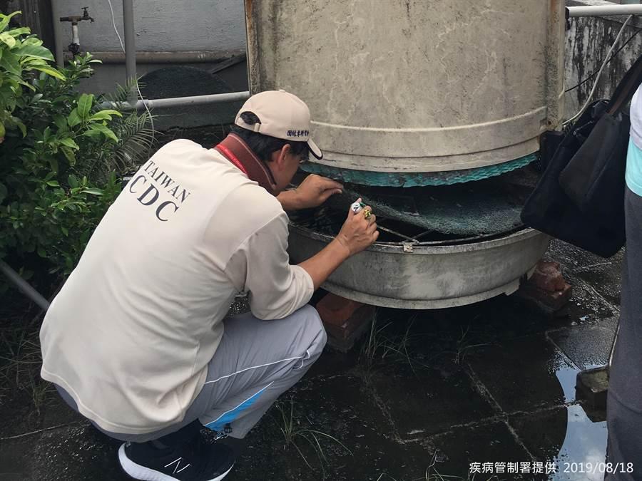 疾管署防疫人員於台北市大安區執行孳生源查核。(圖/疾管署提供)