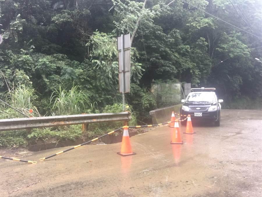 新社區中95線15.2K處路面坍塌,警方設置三角錐提醒用路人。(陳淑娥z0 攝)