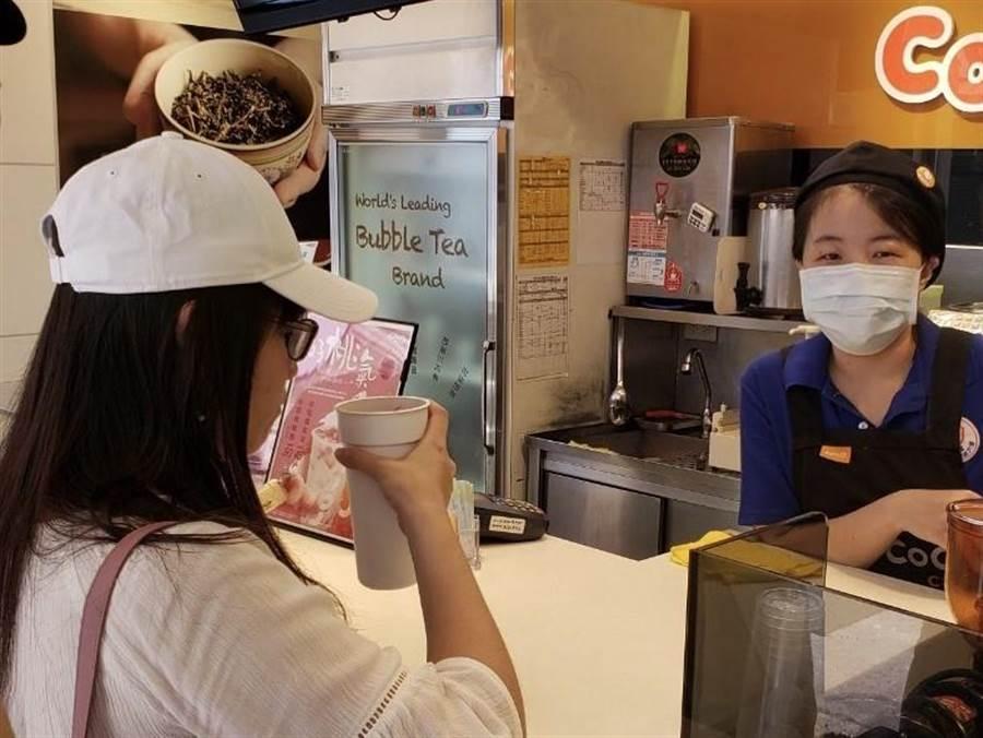 新竹县环保局响应减塑政策,推出推出「器喝茶×新竹县」活动,邀请民眾共襄盛举,以租借环保杯方式,取代一次性容器。(庄旻静摄)