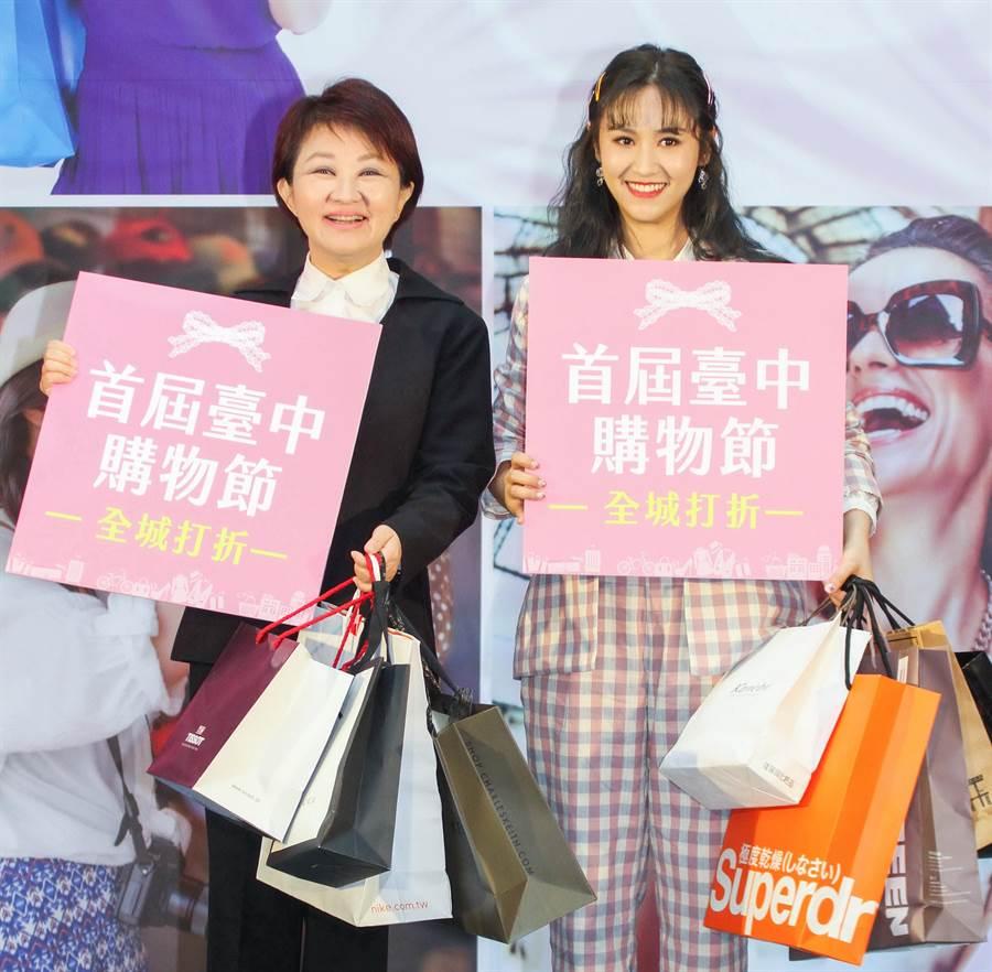 為搶中千萬豪宅機會,台中購物節登錄網站一度造成大塞車,18日下午將由台中市長盧秀燕(左)手中抽出千萬豪宅得主。(盧金足攝)