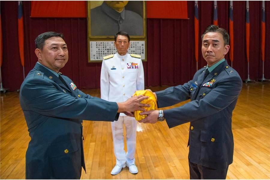 去年10月4日,前參謀總長李喜明主持預校新舊任校長交接。左為前校長陳嘉生。圖軍閩社