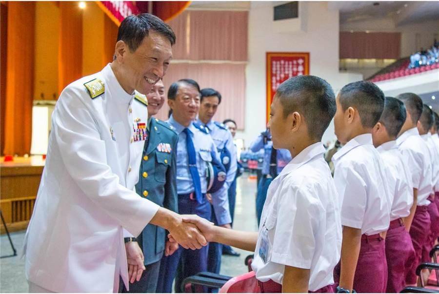 前參謀總長李喜明了解預校國中生生活與教學情況。