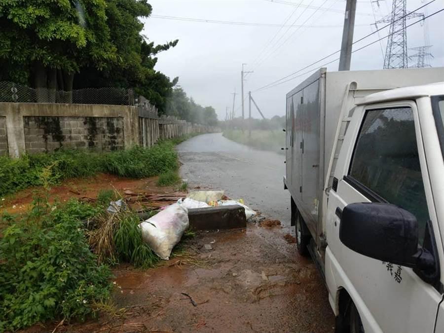 民雄鄉松山村台電變電所周圍有多袋禽屍被棄置。(呂妍庭翻攝)