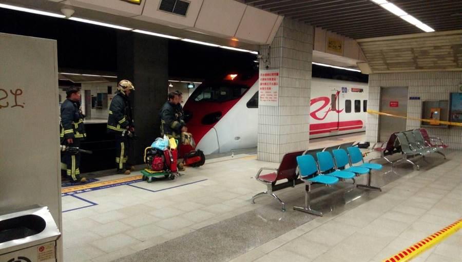 有旅客不慎於台北車站落軌。(取自臉書社團「合鐵事故通報平台」)