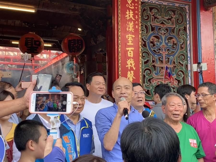韓國瑜造訪新竹市,周錫瑋(白衣者)默默在他身後一路陪同。(羅浚濱攝)